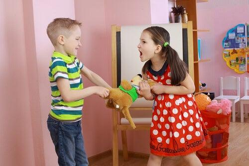 crianças brigando por um bichinho de pelúcia