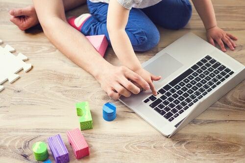 Crianças brincando e aprendendo com o computador