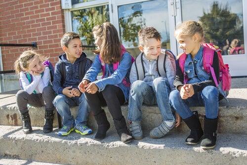 crianças conversando no pátio da escola sobre os ditados populares