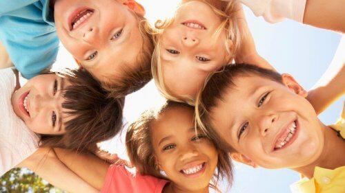 Crianças felizes contando piadas