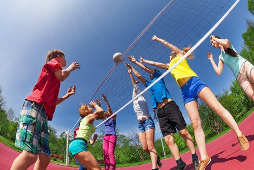 crianças jogando vôlei