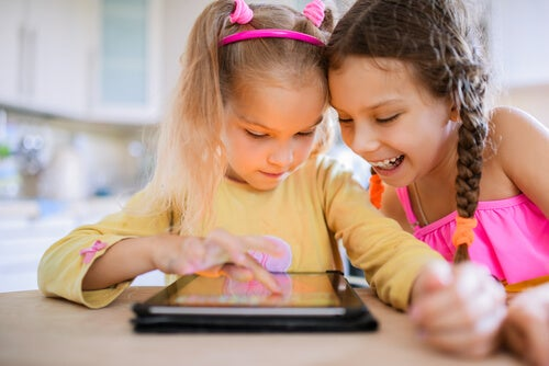 Duas crianças brincando com jogos eletrônicos