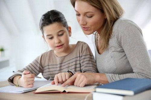 mãe ensinando para a filha, ajudar seu filho a estudar