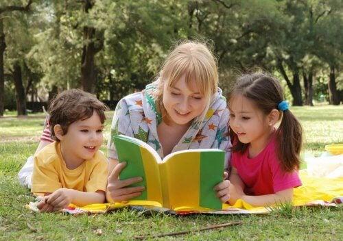 mãe lendo para os filhos, ajudar seu filho a estudar