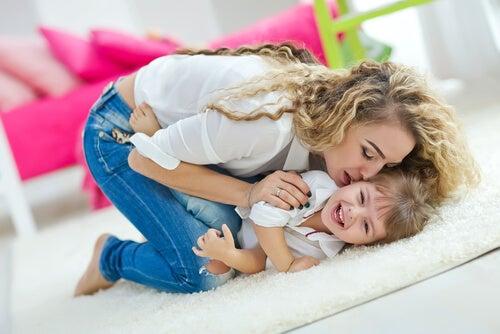 Mãe beija a filha. Dificuldades de viver longe da mãe