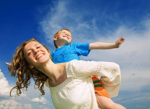 Mãe e filho brincam ao ar livre