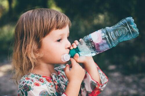 menina bebendo água e a gastroenterite em crianças
