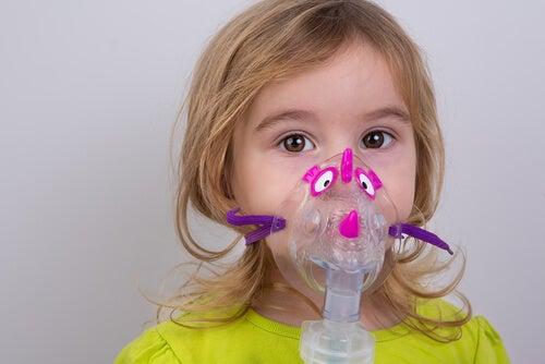 menina fazendo nebulização
