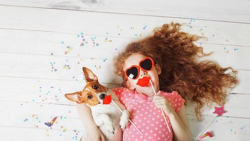 menina 4 anos de idade com cachorrinho