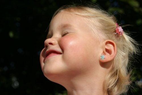A melhor idade para colocar brincos na sua filha