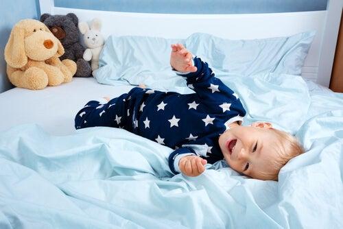 bebê sorrindo em cima da cama, do berço até a cama