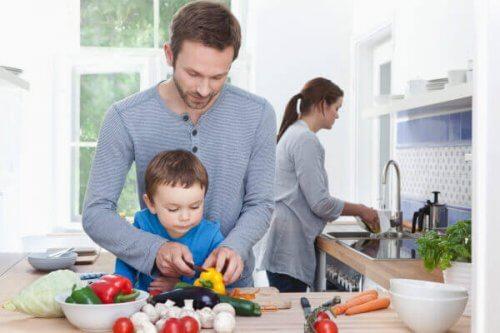 filho cozinhando com os pais