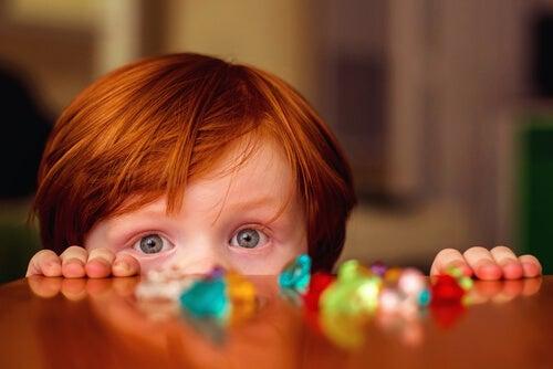menino ruivo de 4 anos de idade só com os olhos visíveis