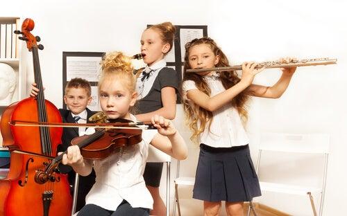 crianças tocando instrumentos variados de música clássica