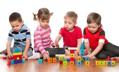 crianças brincando com cubos, brincadeiras simples