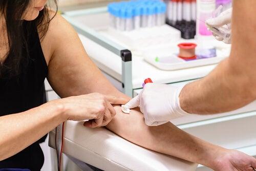 mulher fazendo exame de sangue