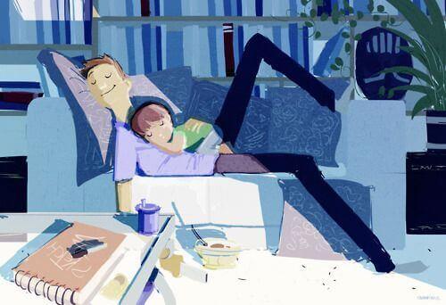 Pai com o filho no sofá, carinho para criar filhos independentes