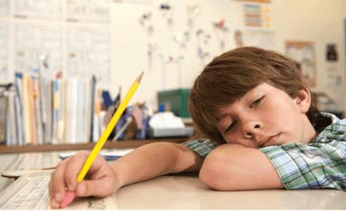 menino segurando um lápis, método japonês contra a preguiça