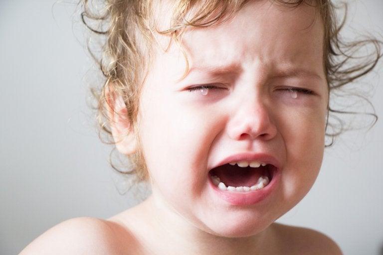 bebê chorando porque não consegue dormir
