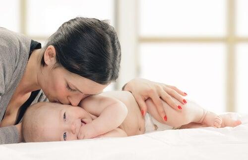 mãe beijando o filho