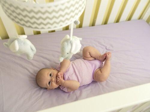 Terceiro mês do bebê: desenvolvimento do movimento e dos sentidos