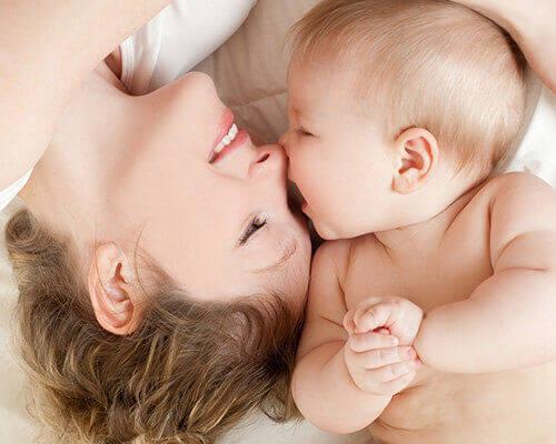 Segundo mês de vida do bebê: conhecendo o corpinho