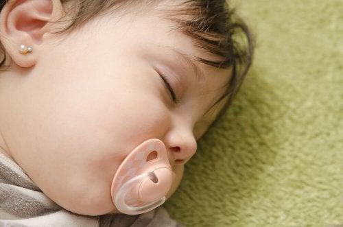 Bebê dormindo com chupeta para ajudar o desmame noturno