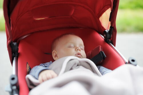 bebê dormindo no carrinho