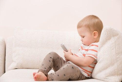 Bebê usando o celular, é preciso proibir os smartphones para as crianças