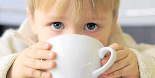 menino bebendo café