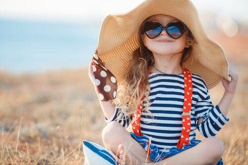 menina com óculos escuros na praia