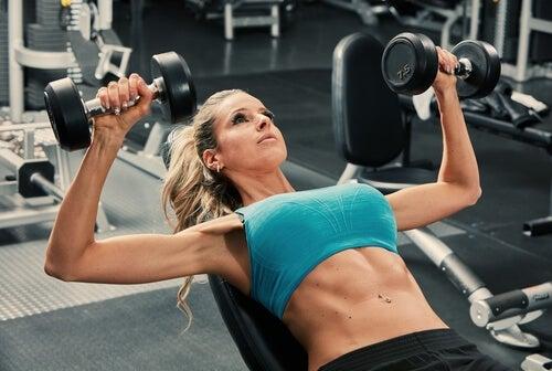 mulher levantando peso