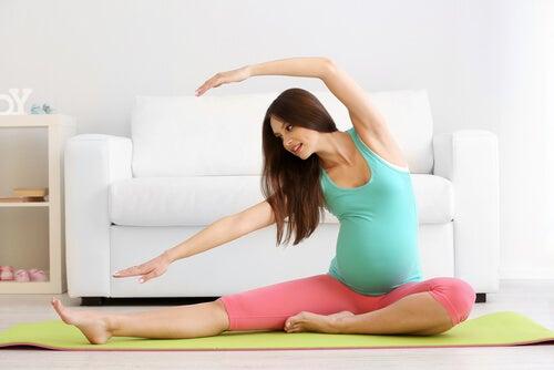 grávida fazendo exercício
