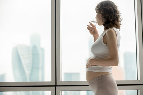 grávida bebendo água