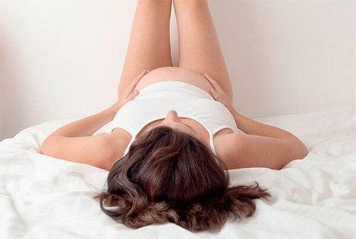 Remédios e conselhos para reduzir o inchaço na gravidez