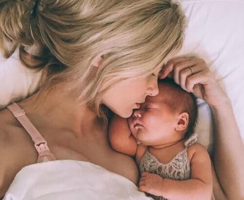 O bebê não osta de ficar sozinho durante o quarto mês