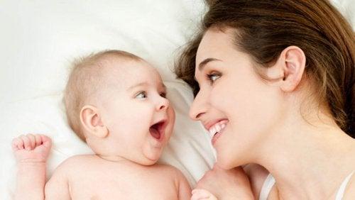 mãe e filho sorrindo