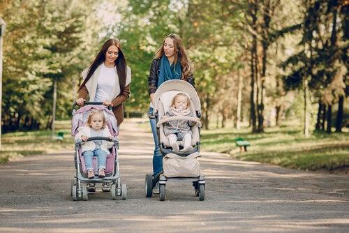 mães passeando com os filhos no carrinho pelo parque
