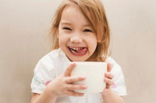 menina bebendo café feliz