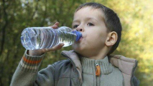 menino bebendo água
