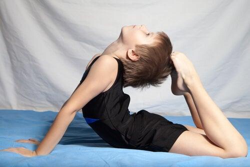 menino fazendo ginástica artistíca