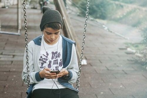 menino no celular, é importante proibir os smartphones para as crianças