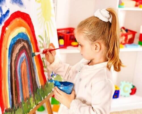 menina pintando