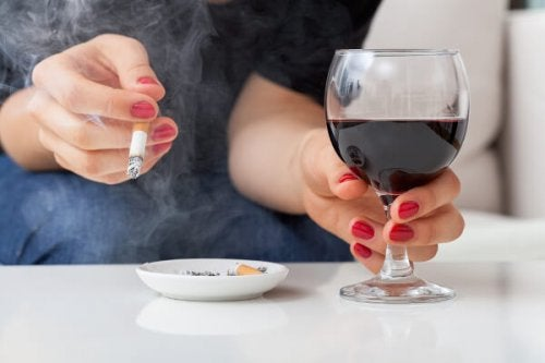 mulher fumando e bebendo álcool