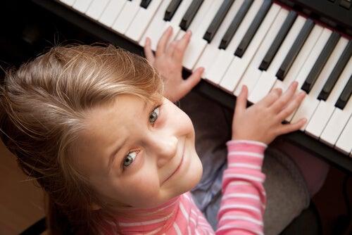 menina tocando piano