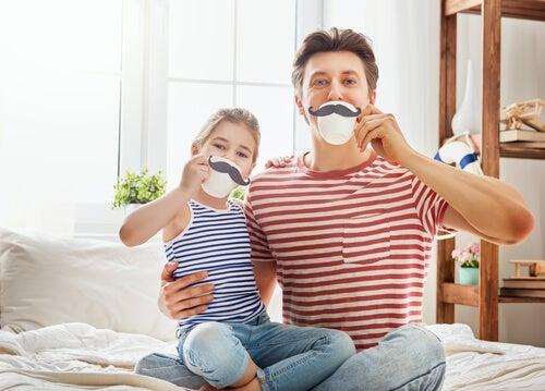 pai e filha fazendo palhaçada