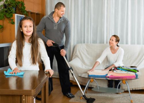 As tarefas da casa devem ser divididas entre pais e filhos.