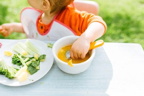 O método BLW Baby-led weaning: deixar a criança aprender a comer sozinha?
