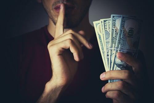homem segurando dinheiro