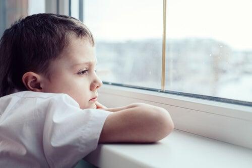 A tristeza pode vir da falta de brincadeiras durante a infância.
